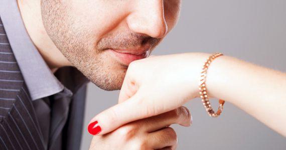 Мужчина поцеловал руку во сне thumbnail