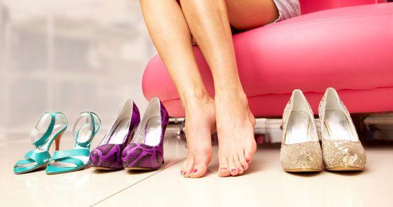 Девушки сексуально мерят туфельки
